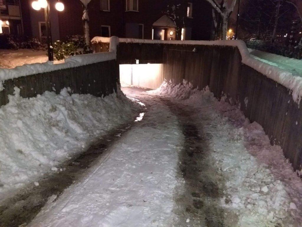 bilde av oppkjøring i garasje med mye snø