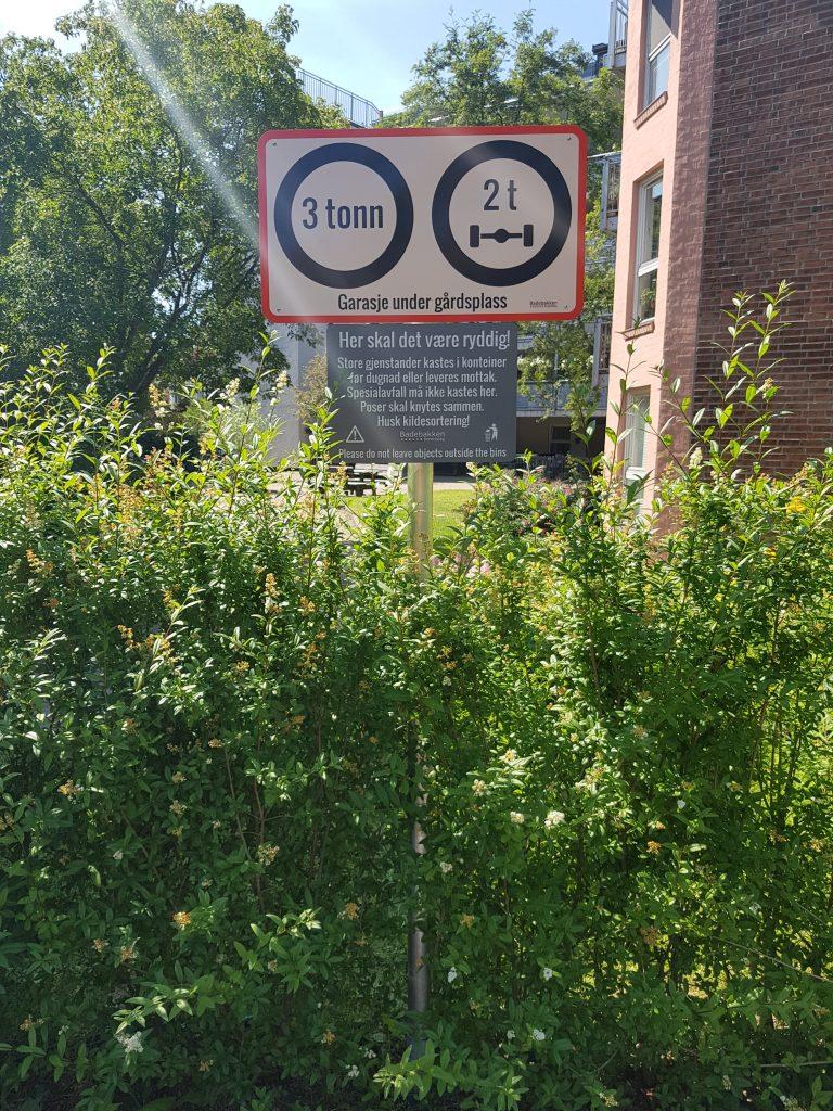 BIlde av nytt skilt som viser maksgrense for vekt av kjøretøy på gårdsplassen over garasjen