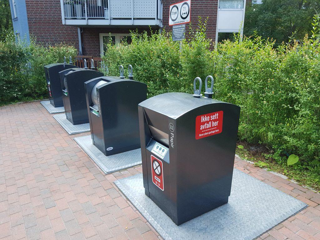 Bilde av søppelanlegg med røde skilt for å hindre parkering av kjøretøy og hensetting av gjenstander